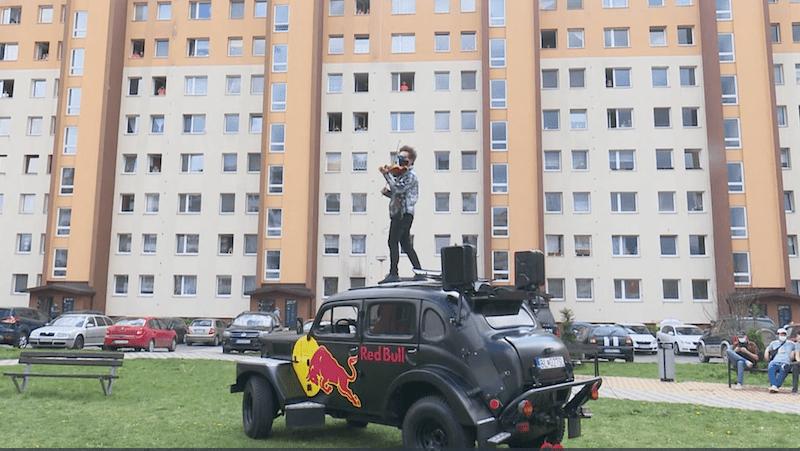 Sídliská Roveň a Baničné v Ružomberku navštívil a zároveň prekvapil vystúpením huslista Filip Jančík